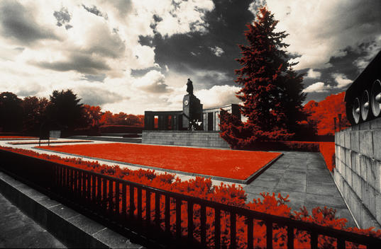 Infrarotaufnahme, Berlin, Sowjetisches Ehremal I Infrared photography, Berlin, Soviet War Memorial