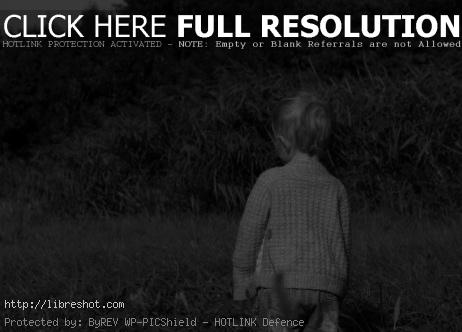 B&W photography of a child in the meadow